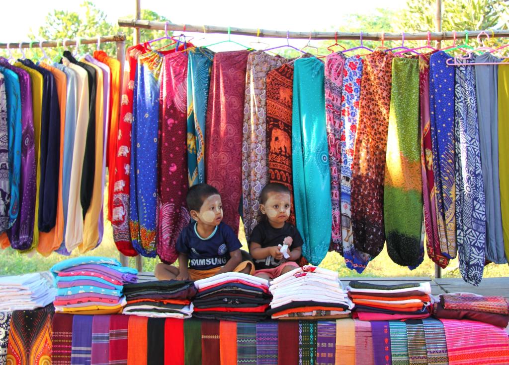 Бирманские колоритные детишки