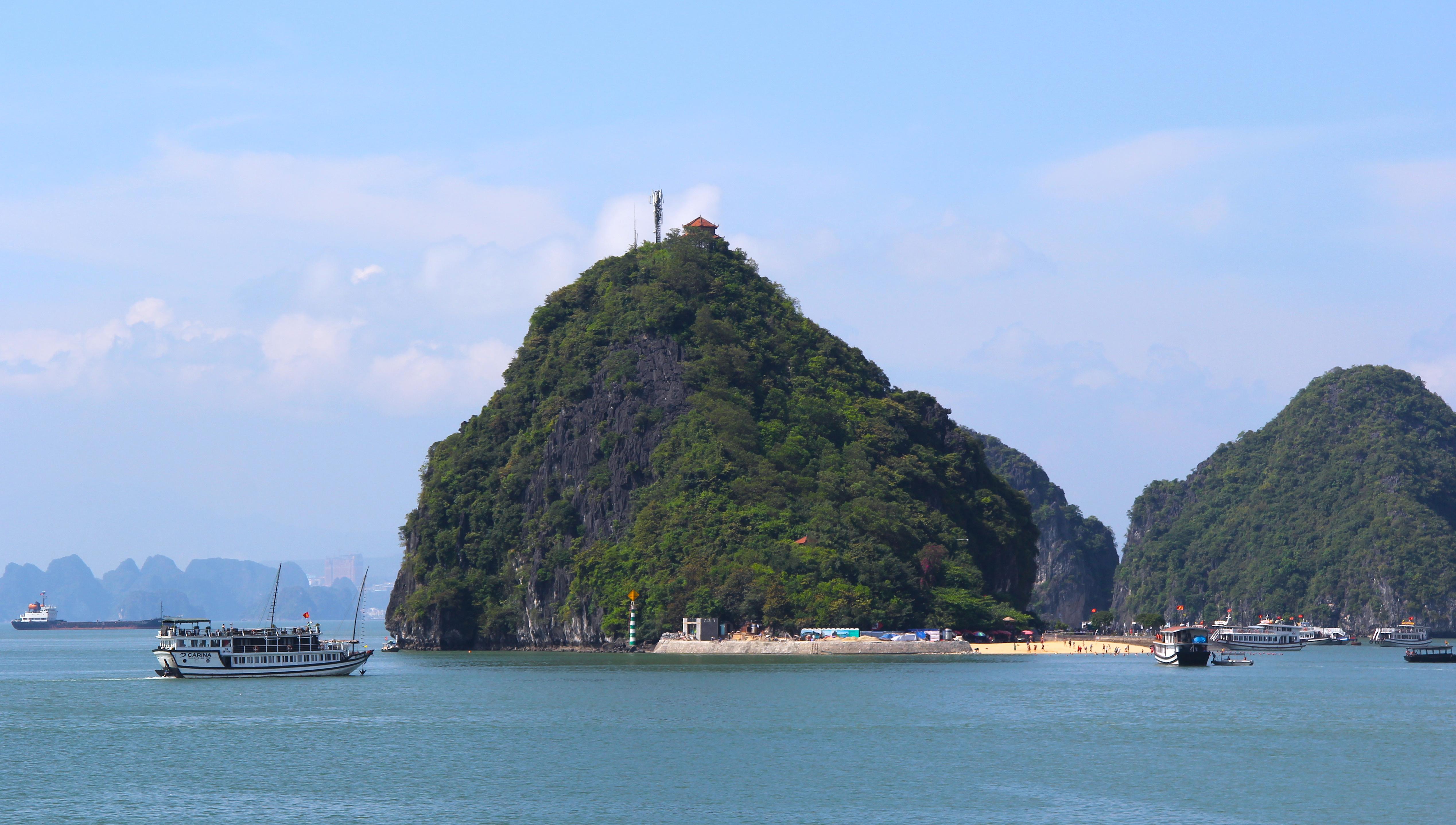 Остров Титова в бухте Халонг