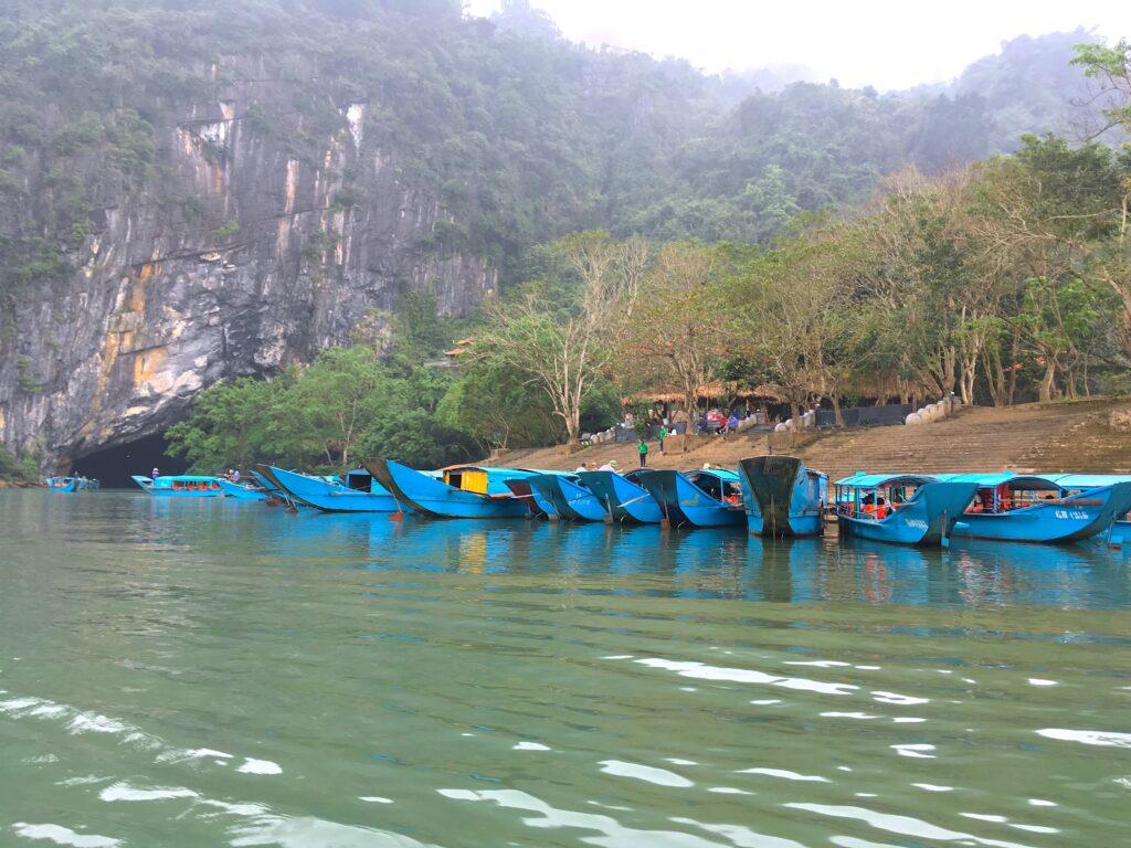 Лодочный причал у пещер Фонгня и Тьеншон